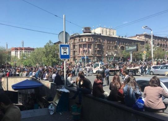 Ереван охватили массовые акции протеста, начались столкновения с полицией