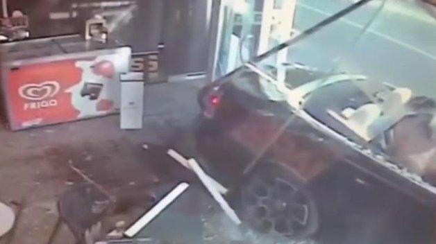 Rolls Royce с полуголыми девушками протаранил витрину магазина