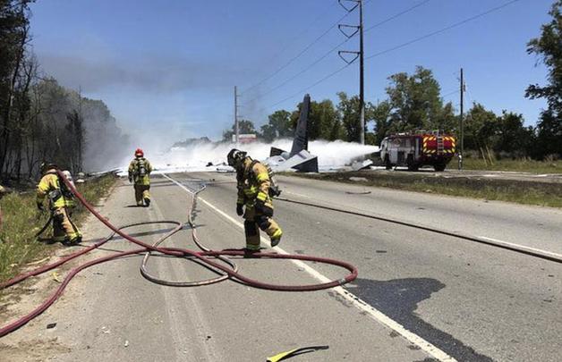 В США военный самолет рухнул на оживленную автомагистраль: есть жертвы