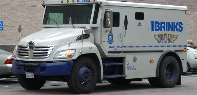 Инкассаторский автомобиль рассыпал на дорогу 600 тысяч долларов