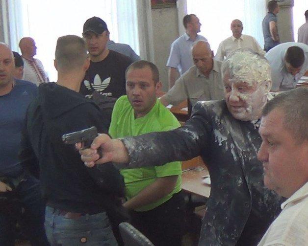 Депутату Никополя за стрельбу грозит 4 года, активистам за то, что посыпали его мукой, – 7 лет тюрьмы