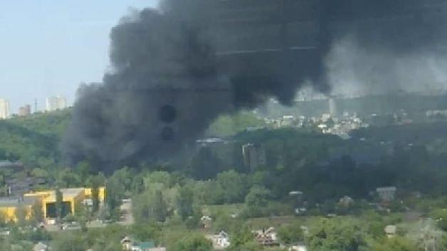 Масштабный пожар в Киеве на Столичке: горят десятки автомобилей