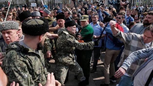 Остается ждать, когда начнут танками давить: Оппозиционер о нападении казаков на митинг в Москве
