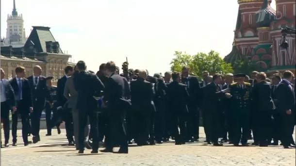 На параде в Москве охранники Путина жестко оттолкнули идущего рядом ветерана