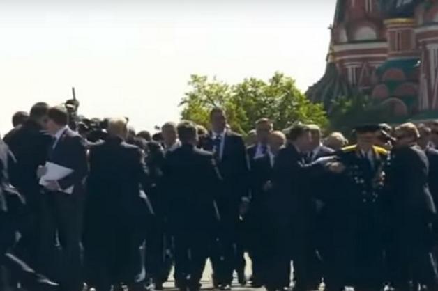 Охранник Путина оттолкнул ветерана, попытавшегося подойти к президенту