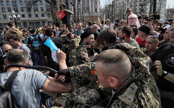 Среди избивавших москвичей казаков наиболее свирепствовали украинские титушки. Эти уроды не спасут Путина — французские СМИ