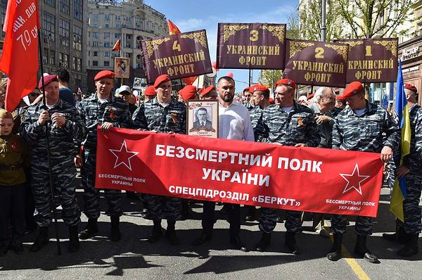 Беглого экс-главу МВД Украины заметили в рядах «Бессмертного полка» в Москве
