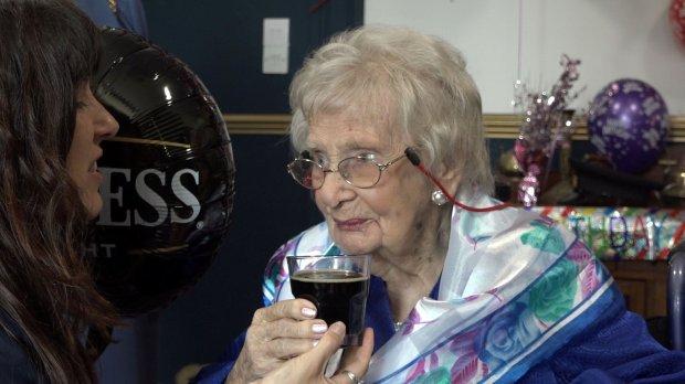 Все дело в пиве: столетняя британка объяснила свое долголетие