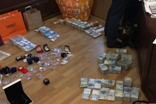Пачки денег, элитные часы, ювелирный «склад». Обыски идут у главы Северо-Западного управления Ростехнадзора