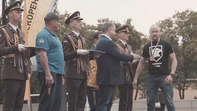 """Ветеран """"Азова"""" отказался пожать руку Порошенко"""