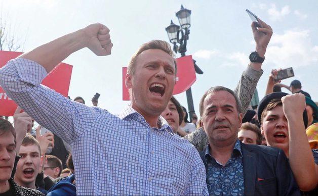 Навального приговорили к 30 суткам ареста за организацию акции «Он нам не царь»