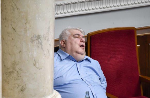 Фотокамеры выловили «самого уставшего» нардепа Рады