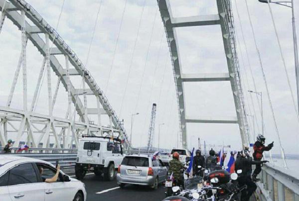 Россияне выехали на Крымский мост и сразу начали нарушать ПДД