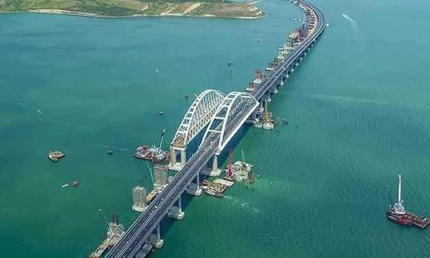 От открытия Путиным крымского моста Петр Первый вместе с Екатериной Великой переворачиваются в гробу