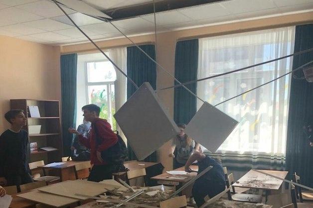 В недавно отремонтированной за 30 млн рублей школе рухнул потолок