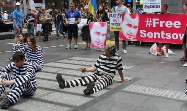 Время истекает: В Нью-Йорке Сенцова поддержали зрелищной акцией