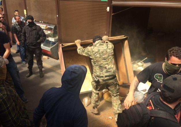 Газ, камни и стычки с полицией: в Киеве устроили погром на рынке
