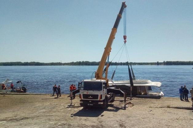 Затонувший на Волге катамаран подняли на берег