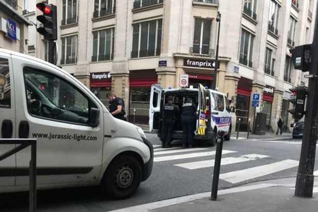 В Париже человек с бомбой взял заложников: первые фото и видео