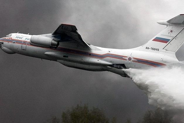 Самолет Ил-76 промахнулся и сбросил тонны воды на полицейских в Подмосковье