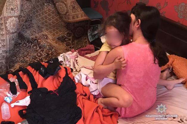 Стало известно, что будет с 4-летней девочкой, которую насиловали родители