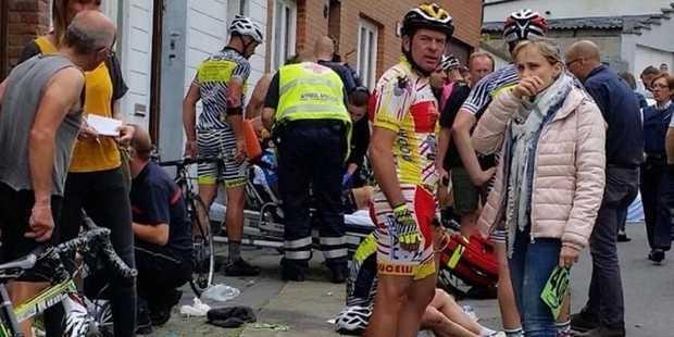 В Бельгии почти два десятка велогонщиков попали в больницу после резкого маневра автоледи
