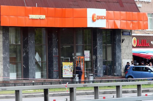 В Москве пьяный мужчина захватил заложников в магазине: подробности ЧП