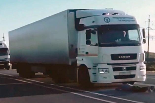 Юноша бросился под несущийся грузовик, проспорив на тему успеха сборной России