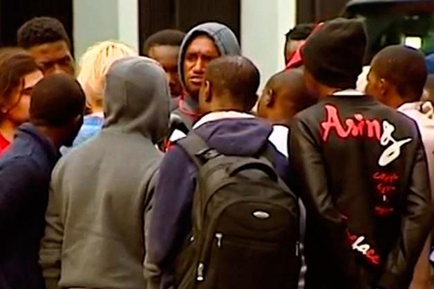 Десятки нигерийцев под видом болельщиков приехали работать в Москву, но из-за обмана застряли в аэропортах и ночевали около посольства