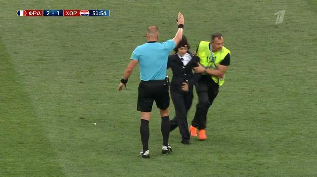 Милиционер вступает в игру: Pussy Riot выбежали на поле во время финала ЧМ