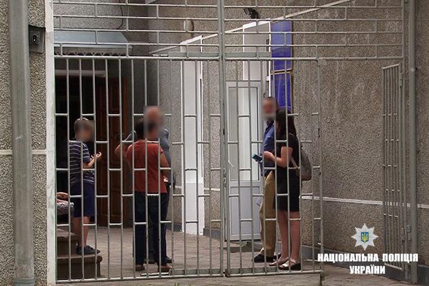 Мать держала двоих детей на цепи в Ивано-Франковской области