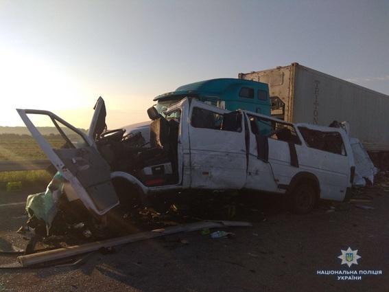 """ДТП на трассе """"Киев-Одесса"""": 5 человек погибли, еще 12 госпитализированы в результате столкновения микроавтобуса с белорусской регистрацией и грузовика"""