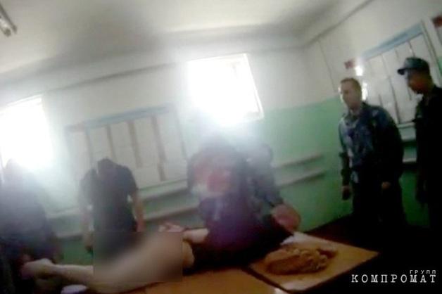 «Смотри, у него нога отекает». В Сети опубликована запись жестоких пыток заключенного ярославской колонии Евгения Макарова