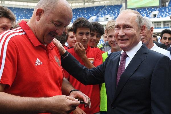 """Черчесова высмеяли в сети за """"рабский"""" поступок на встрече с Путиным"""