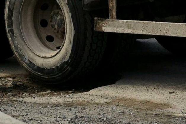 Провалы «Укравтодора»: плохие дороги — водителям, роскошные имения — чиновникам