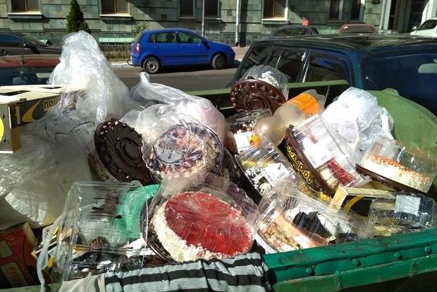 Элитный одесский супермаркет наводнил мусорники тортами