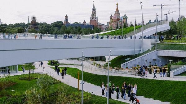 В парке у стен Кремля москвичи массово занимаются сексом