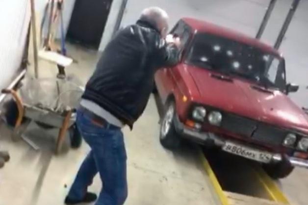 Помощник мэра Ачинска, подражая Сталлоне, устроил стрельбу по автомобилю