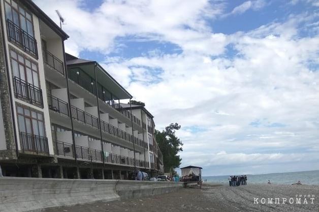 «Начальник охраны сбежал в горы». Отель в Абхазии оказался в эпицентре криминальных разборок