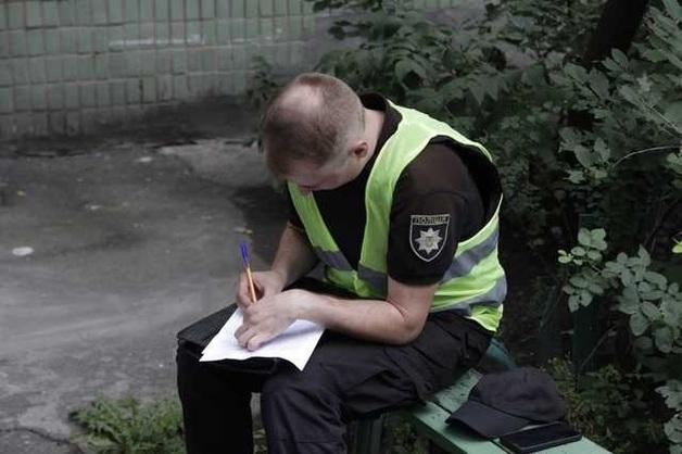В Киеве полицейский 6 раз выстрелил в мужчину, который хотел отобрать у него 5000 долларов