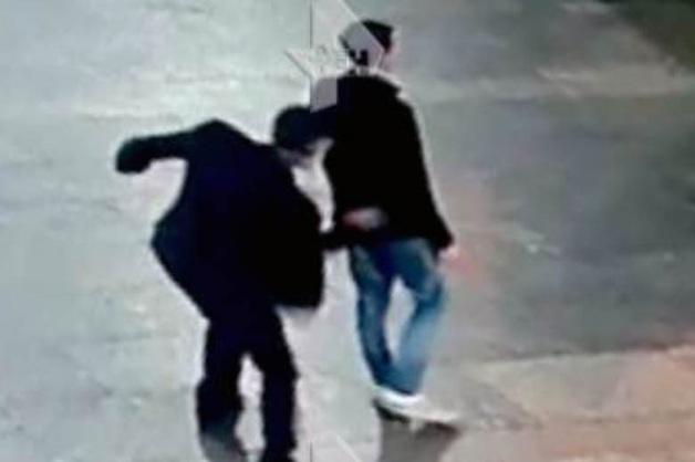 Камера сняла нападение мужчины с ножом на пассажиров на Курском вокзале