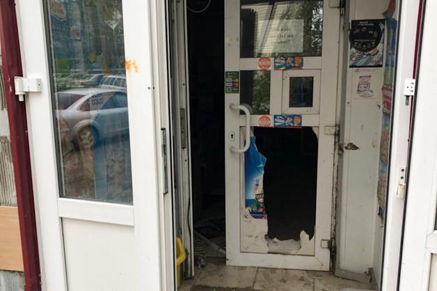 Разбили стекла, разломали дверь. Очередные подростки с криками «АУЕ» разгромили магазин в ХМАО
