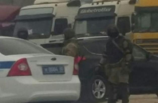 Появились шокирующие кадры подготовки Росгвардии к расстрелу дальнобойщиков под Махачкалой: силовики Путина окружили мирную акцию протеста