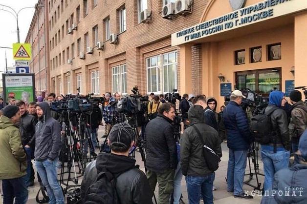 В ожидании Кокорина и Мамаева у здания ГСУ МВД в Москве собралась толпа людей
