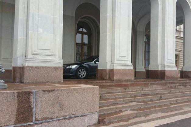 «Как король». Врио губернатора Санкт-Петербурга паркуется в аркаде Мариинского дворца