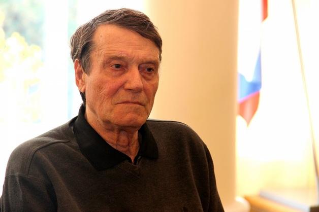 В Москве известный поэт получил удар ножом в живот