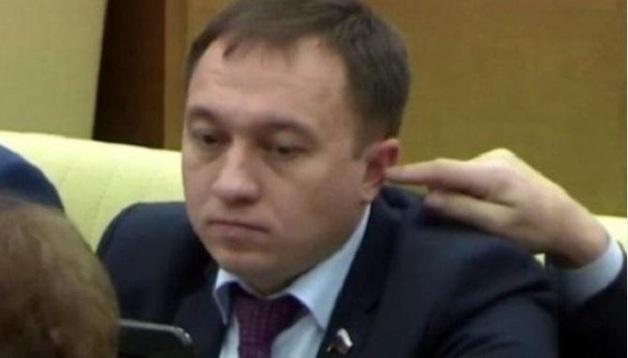 Депутат Госдумы попытался засунуть палец в ухо коллеге во время заседания