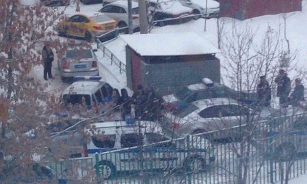 Появились первые фото с места ЧП, где московский школьник угрожает убить себя