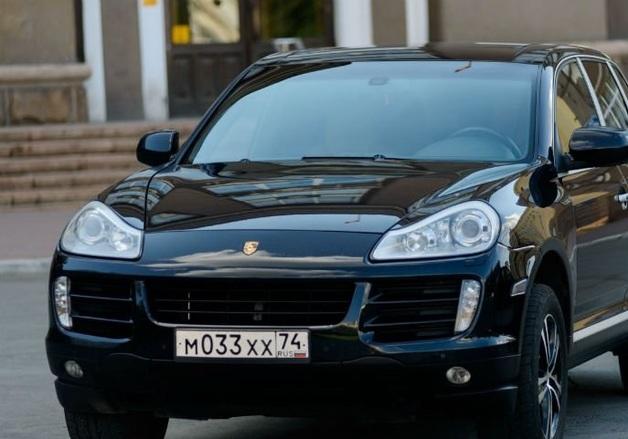 Субподрядчик взял в лизинг Porsche Cayenne на бюджетные деньги для уборки улиц
