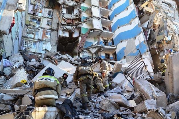«Не думаем, что еще кто-то живой»: медики сделали печальный прогноз о судьбах десятков людей оставшиеся под завалами дома в России